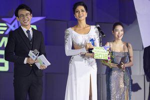 H'Hen Niê diện váy cut-out gợi cảm nhận giải 'Ngôi sao của năm'