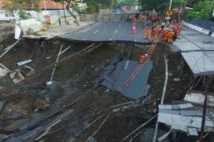 Hổ tử thần 'nuốt' trọn mặt đường thành phố lớn thứ hai của Indonesia