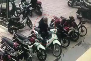 Tên trộm thản nhiên bẻ khóa xe máy ngay trước sảnh ngân hàng đông khách