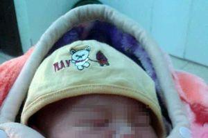 Hà Nội: Bé trai sơ sinh còn nguyên dây rốn bị bỏ rơi