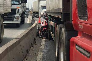 Bình Dương: Chạy xe máy vào làn ôtô, người đàn ông chết thảm dưới bánh xe container