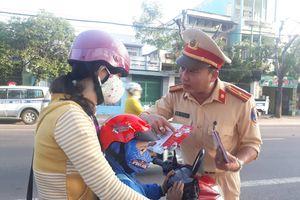 CSGT xuống đường, tặng hàng ngàn phiếu mua mũ bảo hiểm cho học sinh