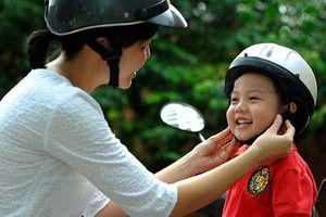 CSGT Bình Định trao 2.500 phiếu tặng mũ bảo hiểm cho trẻ em