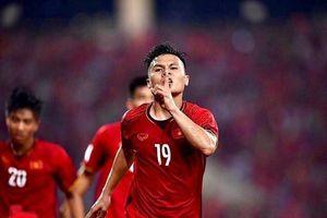 Hình ảnh cầu thủ Quang Hải bị thương vào đề thi môn hóa học