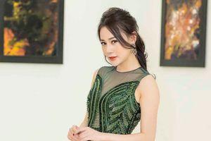 'Quỳnh búp bê' Phương Oanh xuất hiện rạng rỡ tại triển lãm tranh của Cao Minh Tiến