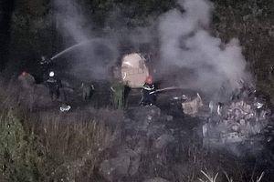 Hai xe bồn chở dầu đấu đầu ở đèo Hải Vân, một xe rơi xuống vực bốc cháy
