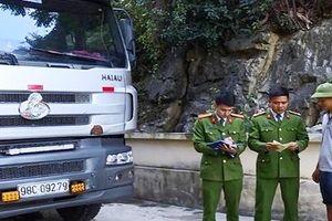 Bắt giữ xe tải chở 240 con lợn bị bệnh đang trên đường đi tiêu thụ