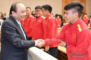 Thủ tướng trao huân chương cho những nhà vô địch VFF Cup 2018