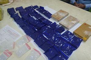 Hai người đàn ông giao dịch ma túy trên phố bị bắt