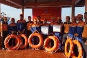 Cứu tám ngư dân gặp nạn trên biển