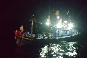 Cứu 8 ngư dân trôi dạt trong đêm ở vùng biển Thừa Thiên - Huế