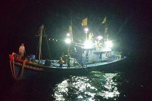 Máy chính hư, liên lạc ICOM hỏng, 8 ngư dân kêu cứu giữa biển khơi