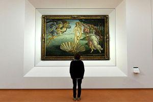 Mê mẩn ngắm tranh 'Sự ra đời của thần Vệ Nữ', người đàn ông suýt chết