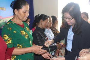 BHXH Nghệ An tặng sổ BHXH tự nguyện cho bà con giáo dân