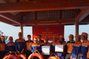 Cứu 8 thuyền viên và tàu ĐNa 90946 bị nạn trên biển về bờ an toàn