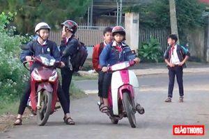 Học sinh THCS vô tư điều khiển xe máy đến trường