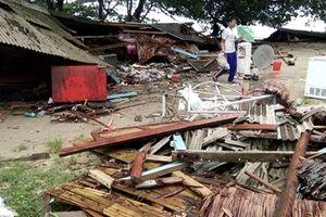 Kinh hoàng sóng thần càn quét bãi biển Indonesia