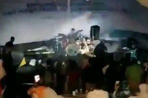 Sóng thần Indonesia cuốn phăng ban nhạc rock đang biểu diễn
