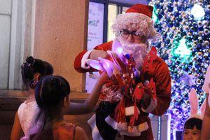 5 phút tặng quà giá tới 180.000 đồng, ông già Noel kiếm bộn dịp lễ