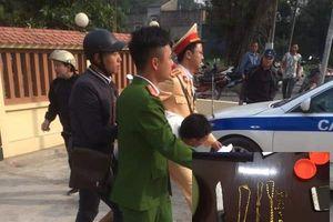 Tên cướp dùng dao khống chế phụ nữ, bị CSGT Hà Nội nhanh chóng tóm gọn