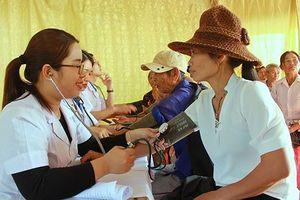 Bệnh viện ĐK TP Vinh mang giáng sinh ấm áp đến bà con giáo xứ