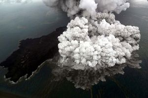 Indonesia: Núi lửa Anak Krakatau tiếp tục phun trào