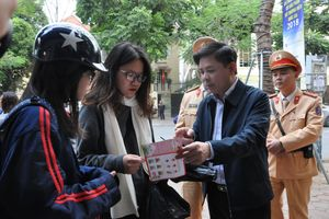 Bộ trưởng Thể trực tiếp xuống đường tuyên truyền đội MBH cho học sinh