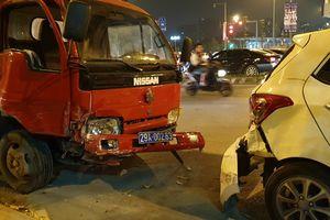 Hà Nội: Tai nạn kinh hoàng sau cú va chạm của xe ôtô biển xanh