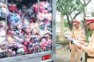 Cảnh sát phát hiện xe tải chở hơn 1.000 áo quần in toàn chữ Trung Quốc