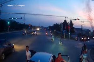 Tài xế chặn đầu, phản ứng với xe tải khi sang đường suýt bị tông