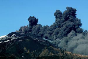 Núi lửa Etna phun trào khiến sân bay Ý tê liệt