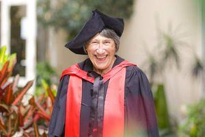 Cụ bà lấy bằng tiến sĩ ở tuổi 86