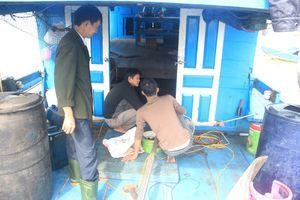 Quảng Bình: Lắp máy ô tô cũ cho... tàu đánh cá, lợi ít hại nhiều!