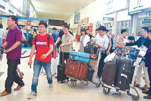 Rắc rối lớn từ việc xách hộ hành lý đi máy bay