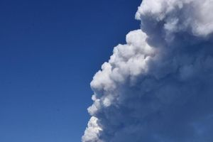 Núi lửa Etna (Ý) phun trào, sân bay Catania tạm đóng cửa