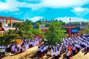 Học sinh đánh thầy nhập viện do bị nhắc trong giờ chào cờ