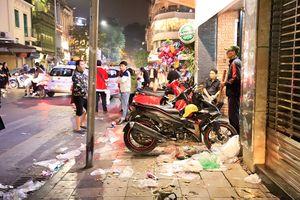 Hà Nội: Rác thải đầy phố sau đêm Giáng sinh