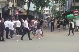 Hai nhóm giang hồ cầm hung khí đuổi chém nhau giữa ban ngày ở Sài Gòn