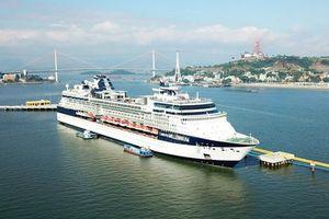 Du thuyền 'siêu sang' sức chứa hơn 5.000 người cập Cảng tàu khách du lịch quốc tế Hạ Long