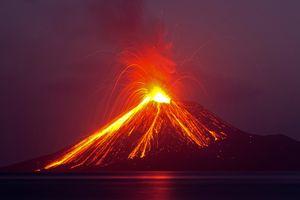 Indonesia sợ núi lửa Anak Krakatoa đổ sụp, gây thêm sóng thần
