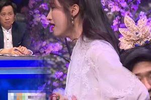 24h HOT: Hoài Linh khó chịu khi Trấn Thành ôm Hòa Minzy 'quá đà'