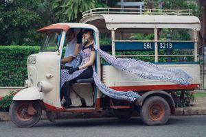 Siêu mẫu Vũ Cẩm Nhung ngồi xe lam diễn thời trang