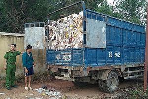 Bắt quả tang 7 xe tải đổ trộm chất thải công nghiệp ra môi trường