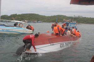 Tàu du lịch lật ở vịnh Nha Trang, 2 người tử vong