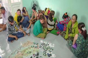 Vĩnh Long: 11 quý bà sát phạt nhau trên chiếu bạc hàng trăm triệu đồng