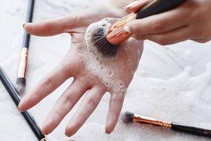 Hướng dẫn chị em mẹo làm sạch dụng cụ trang điểm không tốn công sức