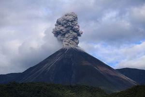 Núi lửa Reventador phun trào cột tro bụi cao hơn 500m