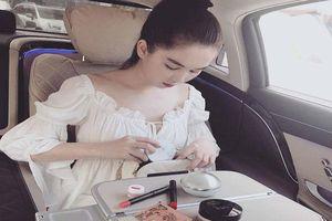 Ngọc Trinh 'đốn tim' fan khi khoe đồ trang điểm cao cấp, váy hàng hiệu