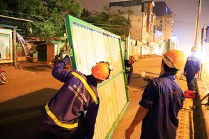 Công nhân trắng đêm rào chắn đường phục vụ thi công vành đai 2 trên cao