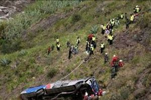 Xe buýt rơi xuống vực sâu hàng trăm mét, ít nhất 8 người tử vong